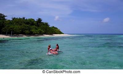 2, hübsch, junge mädchen, auf, a, surfbrett, paddleboard, mit, luftblick, in, warm, blaues, meerwasser