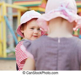 2 lány, alatt, játszótér