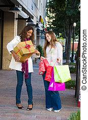 2 women, barátok, bevásárlás