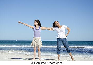 2 women, having móka, tengerpart