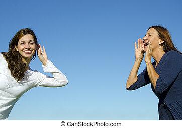 2 women, két, nemzedék, anya lány, 2 friends, csatlakozó, egy, kiabálás, egy, kihallgatás, nagy, távolság, előtt, egy, életlen, zöld erdő, háttér