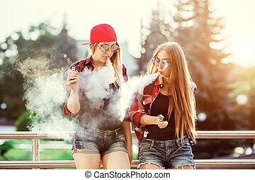 2 women, vaping, outdoor., a, este, napnyugta, felett, a, city., hanglejtés, image.