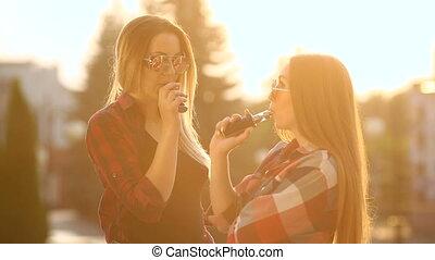 2 women, vaping, outdoor., a, este, napnyugta, felett, a,...