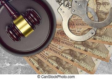 2000, forint, hongrois, procès, concept, menottes, bribery., marteau, factures, ou, desk., action éviter, impôt, tribunal, police, judiciaire, juge