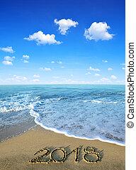 2018, geschreven, op, de, zandig strand, met, zee, golf,...
