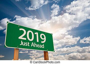 2019, verde, sinal estrada, sobre, nuvens