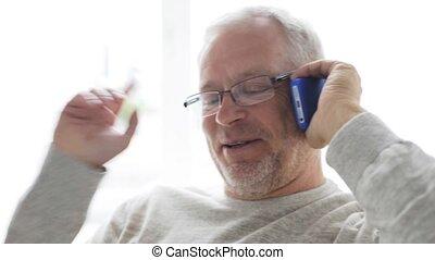 25, smartphone, maison appel, homme aîné, heureux