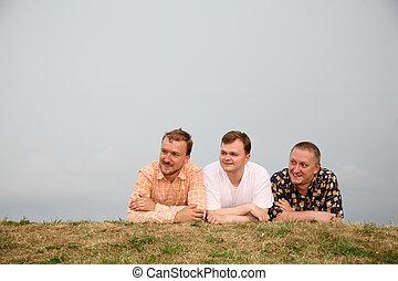 3人の男性たち, 卵を生む, 芝生に
