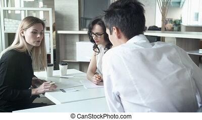 3, 従業員, 中に, オフィス, テーブルで, 見なさい, プロジェクト, 上に, ∥, computer.