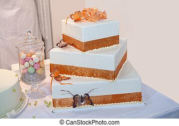 3, 段になったウエディングケーキ