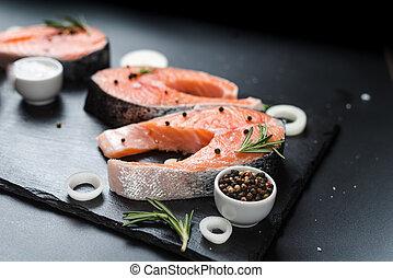 3, 玉ねぎ, 未加工, 暗い背景, ローズマリー, 石, 不飽和, 食事, スパイス, オメガ, 脂, ステーキ, 鮭, 概念