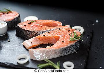 3, 背景, ステーキ, 概念, 未加工, 石, 脂, 暗い, オメガ, 鮭, ローズマリー, 食事, 不飽和, スパイス, 玉ねぎ