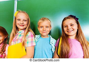 3 아이들, 대, 함께, 공간으로 가까이, 칠판