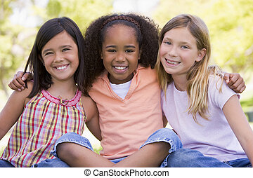 3, 어린 소녀, 친구, 착석, 옥외, 미소