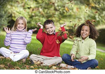 3, 어린 아이들, 착석, 옥외, park에게서, 던지는 것, 잎, 공기에서, 와..., 미소, (selective, focus)