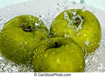 3 Apples in Water