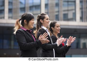 3, donne affari, battimano