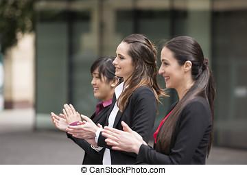 3, mujeres de la corporación mercantil, aplaudir