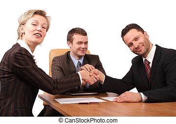 3 personas, apretón de manos