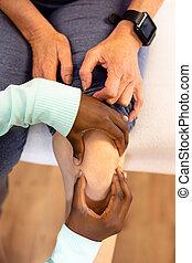 3º edad, activo, centro, pierna, hembra, dar, masaje, mujer,...