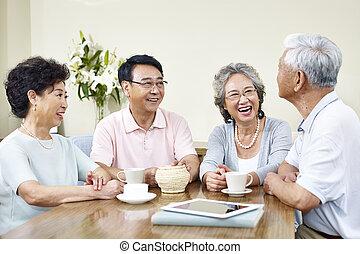 3º edad, asiático, amigos, relajante, charlar, en casa