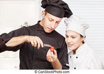 3º edad, chef, enseña, chef joven, a, adornar, fruta