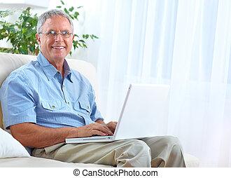 3º edad, computador portatil, hombre