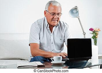 3º edad, computador portatil, trabajando, hombre