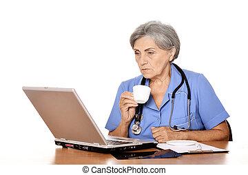 3º edad, doctora, con, computador portatil
