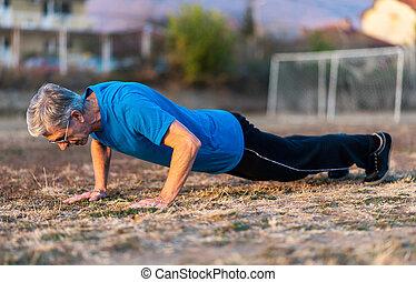 3º edad, hacer, pushups, en, al aire libre, entrenamiento