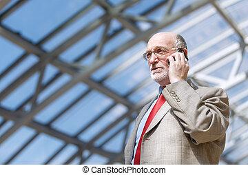 3º edad, hombre de negocios, con, teléfono
