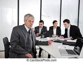 3º edad, hombre de negocios, en, un, meeting., grupo, de, colegas, en, el, plano de fondo