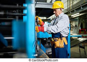 3º edad, mecánico, reparación, máquina, unidades, en, fábrica