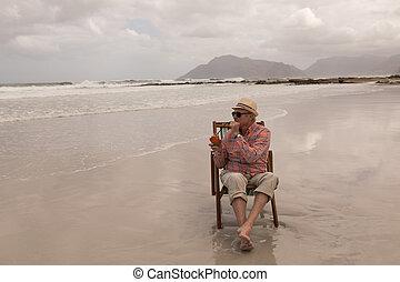 3º edad, sol, teniendo, mientras, lounger, cóctel, relajante...
