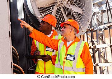 3º edad, técnico, y, joven, electricista, trabajando, en, central eléctrica