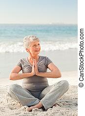 3º edad, yoga, practicar, playa, mujer