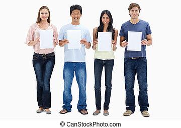 4人の人々, 中に, ジーンズ, 保有物, サイン