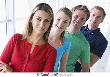 4人の人々, 地位, 中に, 廊下, 微笑