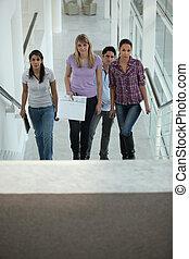 4人の人々, 階段の上で歩くこと