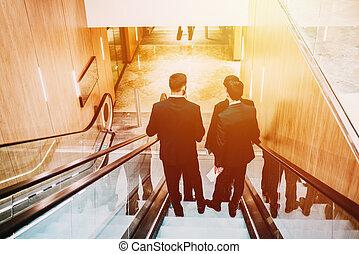 4 hombres, en, traje, en, el, centro comercial, o, buisnes, center.