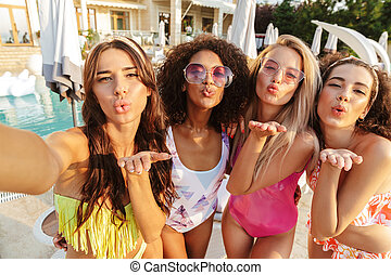 4 women, bájos, fürdőruha, fiatal