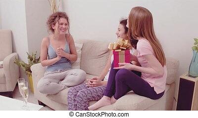 422, deux filles, surpris, beau, present., donner, partie., ...