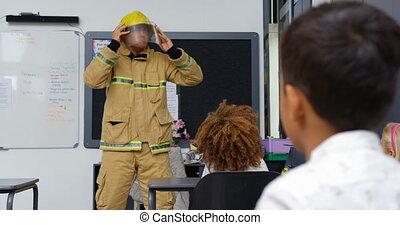 4k, 교실, 코카서스 사람, 불, 남성, 소방대원, 가르침, 약, 보이는 상태, schoolkids,...
