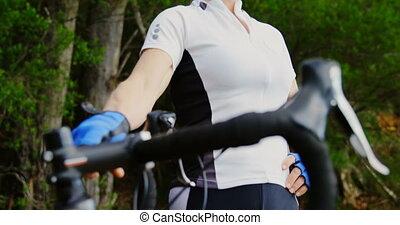 4k, 서 있는, 시골, 연장자, 자전거 타는 사람, 자전거