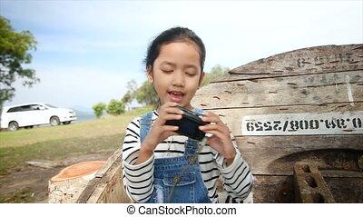 4k, aziaat, klein meisje, schietende , video, selfie, in, natuur, plek