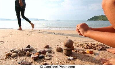 4k, aziaat, klein meisje, spelend, op het strand