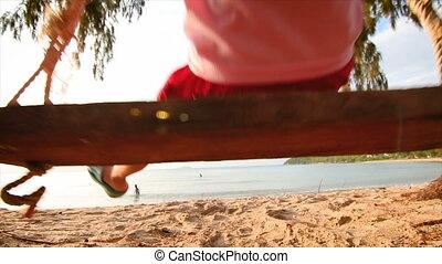 4k, aziaat, klein meisje, spelend, schommel, op het strand