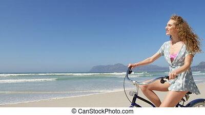 4k, bicyclette voyageant, jour ensoleillé, femme, plage