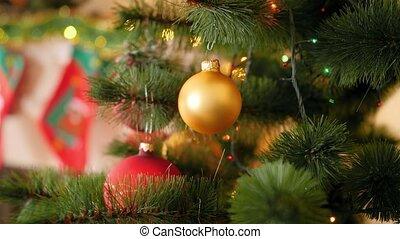 4k, contre, vidéo, incandescent, babiole, arbre, doré, lumières, guirlande, branche, closeup, noël, clignotant, pendre
