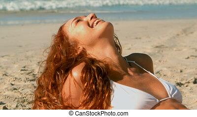 4k, délassant, caucasien, soleil, femme, beau, jeune, plage,...